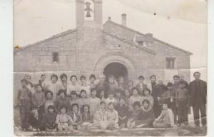 Grupo de escolares, en visita a la ermita de San Bartolomé (Cauvaca)