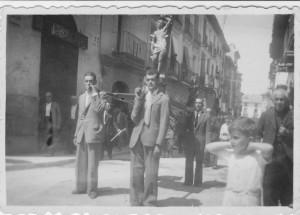 Años 40. San Sebastián, procesionando por las calles de Caspe  (Archivo Gráfico AGG)