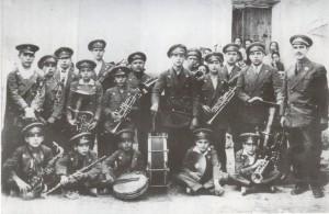 1929. Banda de Música de Caspe, dirigida por Gabriel Oliver. A la derecha, Andrés Berges posa con su tuba