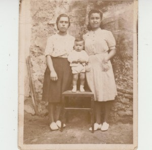 """Dos primas cauvaqueras: Josefa """"la sillera"""" y Carmen """"la piquera"""", con su sobrino Joaquín """"el bufé""""."""