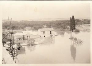 Edificación rural, inundada por el pantano  (Col. Hnas Vicente Poblador)
