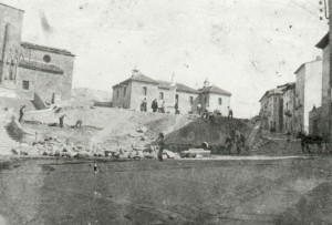 Abril de 1925. Trabajos de colocación del Sagrado Corazón. Detrás, la Cámara Agraria.