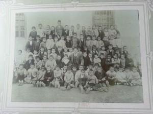 Carlos Izquierdo, en el centro, con sus alumnos de la escuela de Belchite, su anterior destino  (Col. Gaspar Izquierdo)
