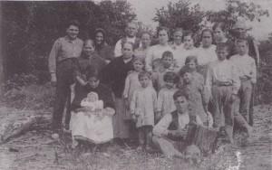 Vecinos de la huerta. Fontobas, Gavines y galanes. Atrás, con pañuelo, Dionisio Fontoba.