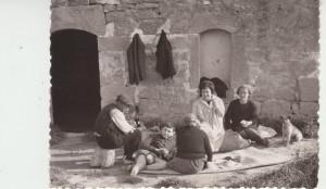 Sobre 1960. Adela, con sus padres, su hijo, una prima y el perro, Trisqui, en la torre.
