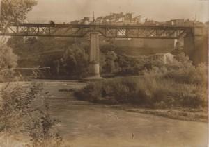 El Guadalope, el puente de Ferrocarril y, al fondo, Caspe.