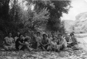 Grupo de caspolinos, a orillas del Guadalope, en un día de campo (Col. Amparo Pascual)
